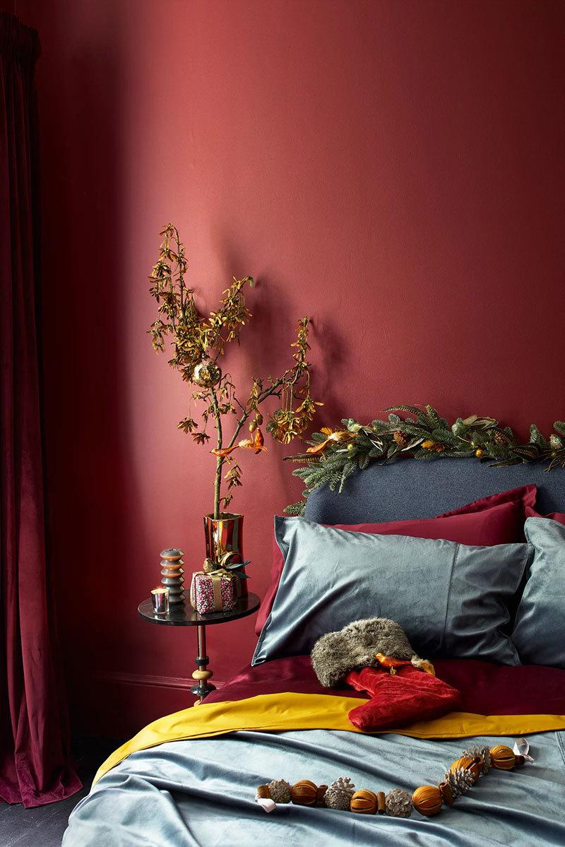 Vöröses fal és karácsonyi dekoráció hálószobában