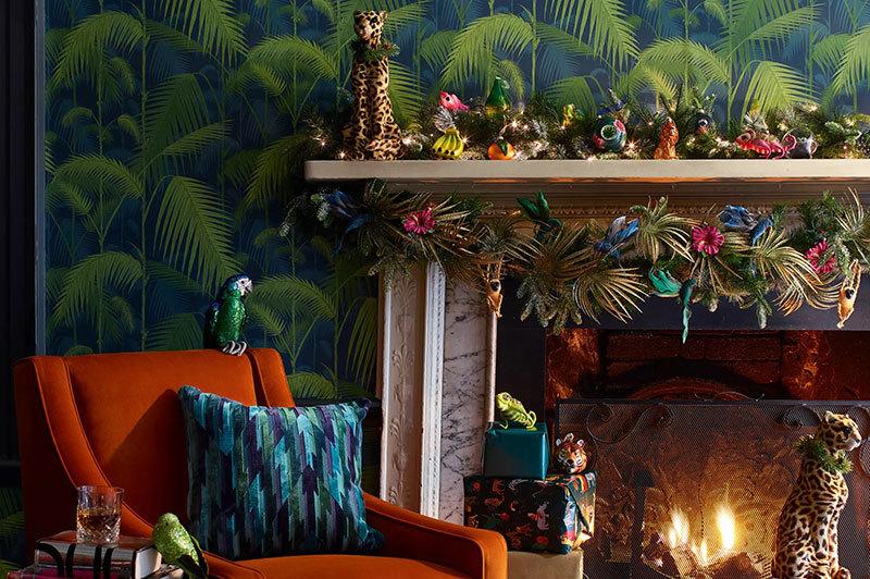 Egzotikus tapéta és állatfigurás dekoráció