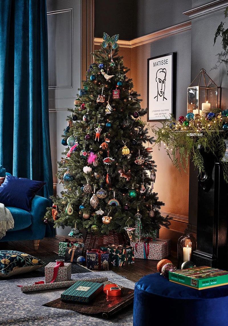 Karácsonyfa színes díszekkel