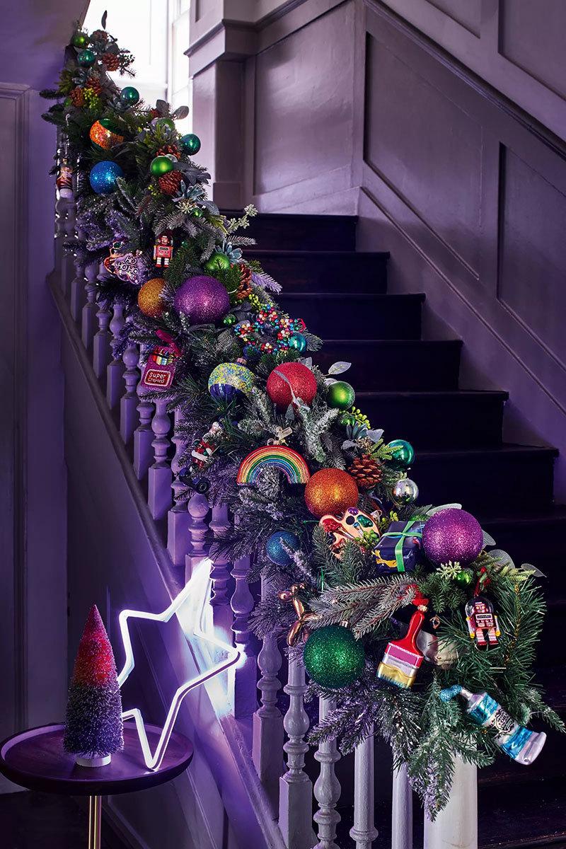 Lila lépcső és karácsonyi dekoráció