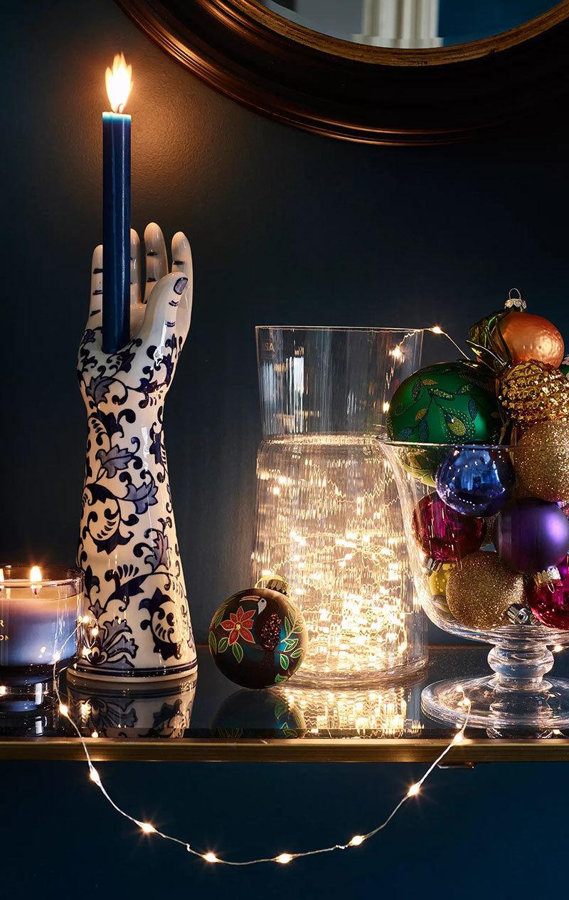 Porcelán kéz és gyertya