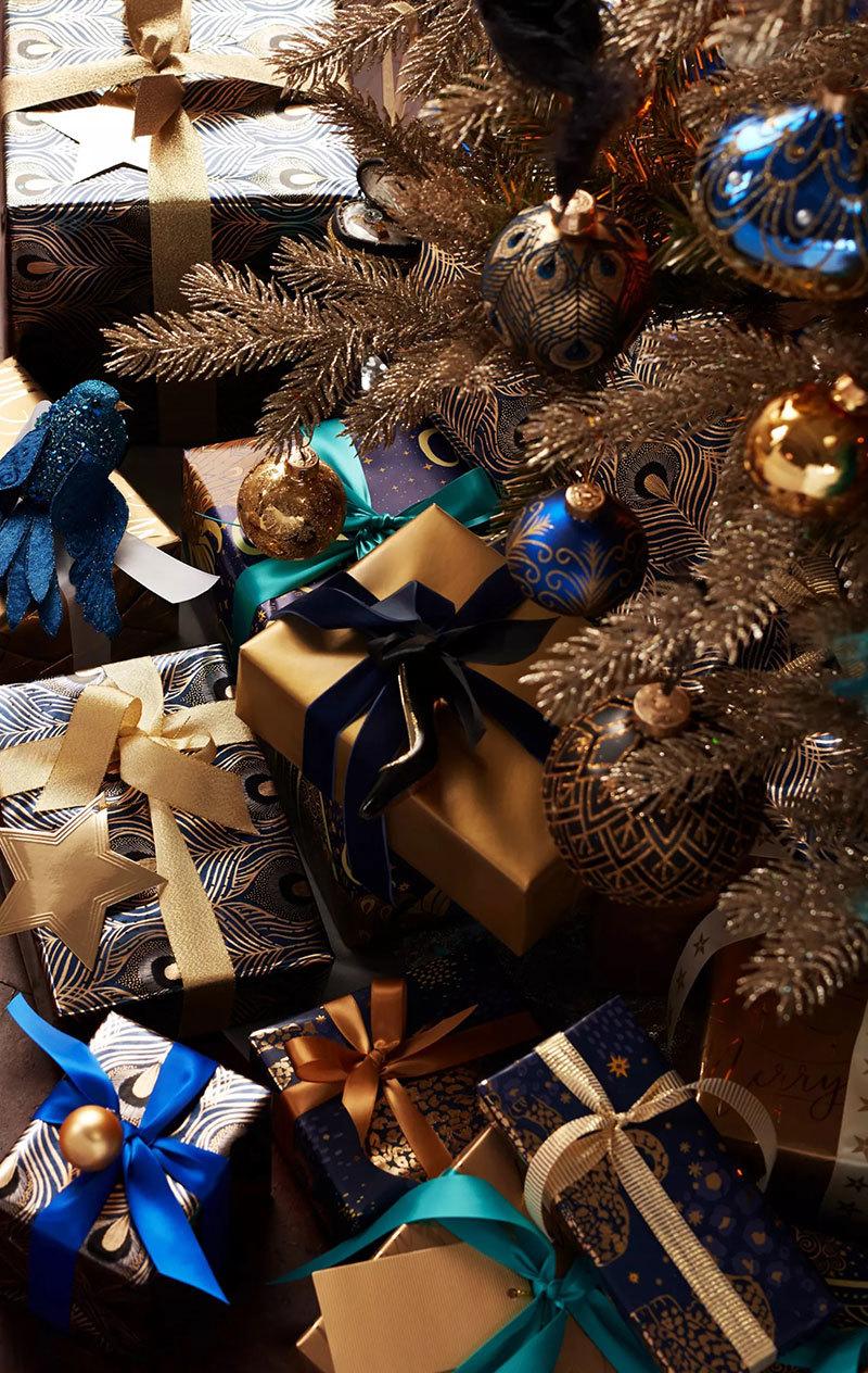 Barna karácsonyfa színes csomagok