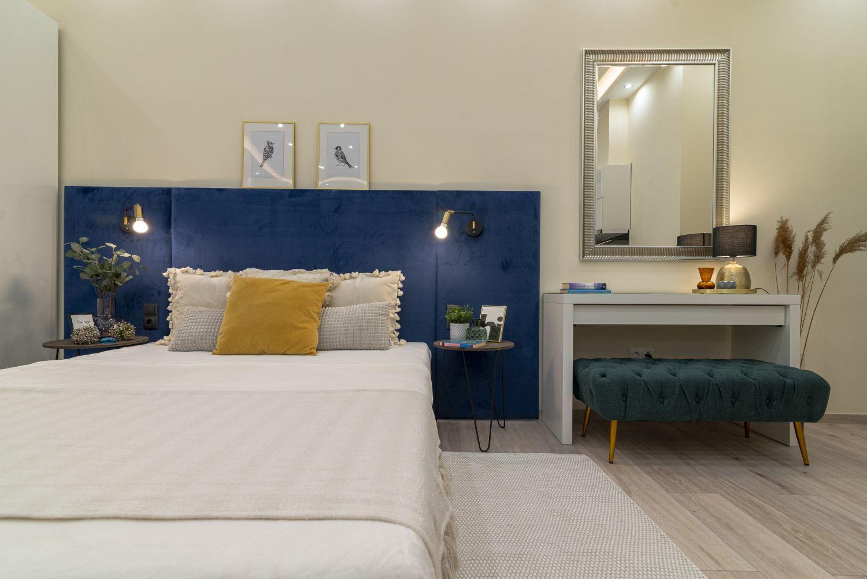 Tükör és fésülködőasztal az ágy mellett