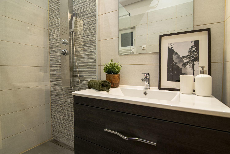 A fürdőszobát a barna és a szürke színek uralják
