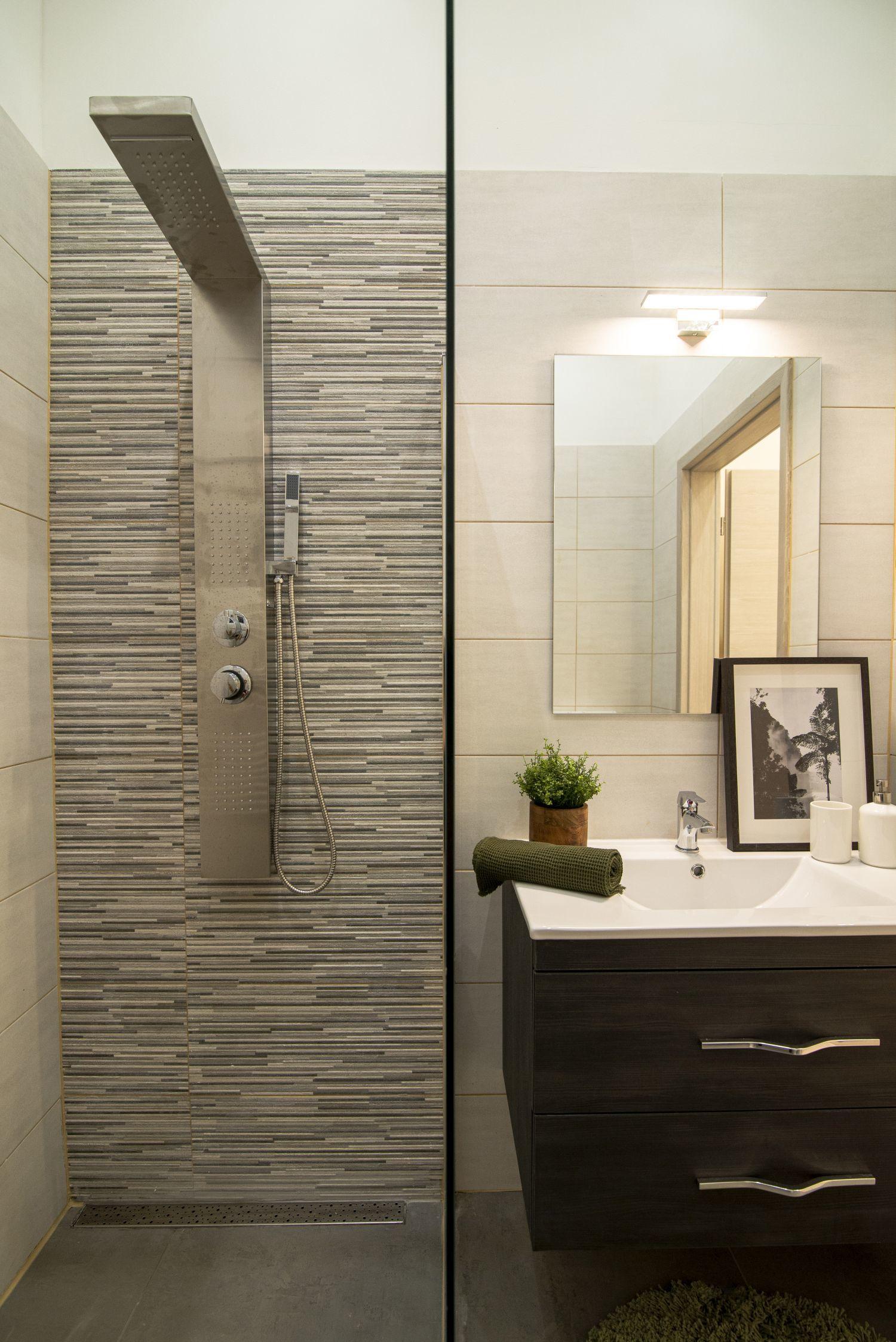 Zuhanypaneles kis fürdőszoba