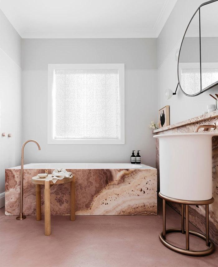 Vöröses márvány mintás kád és mosdó