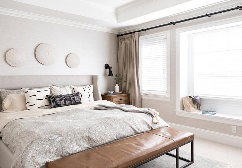 Fehér hálószoba barna bőr paddal
