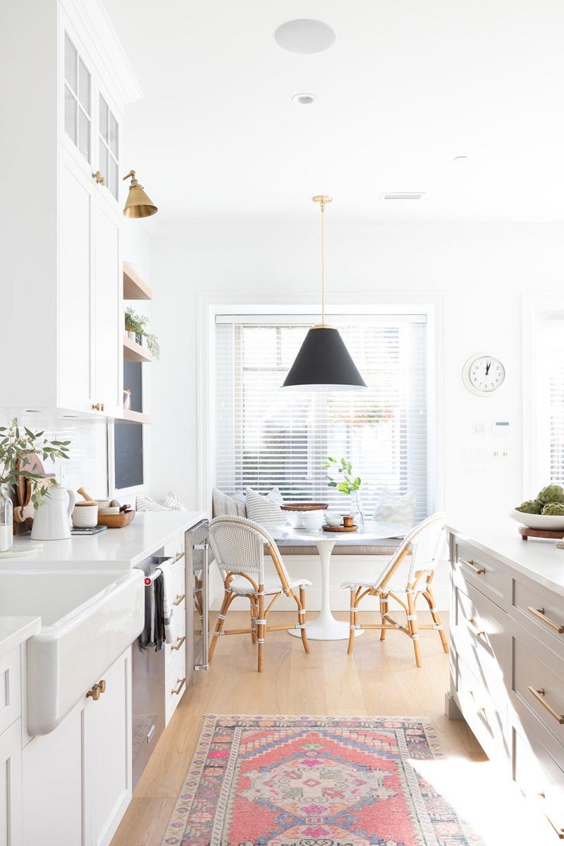 Klasszikus szőnyeg a konyha padlóján