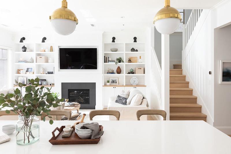 A konyhából a nappali fehér polcai is láthatók