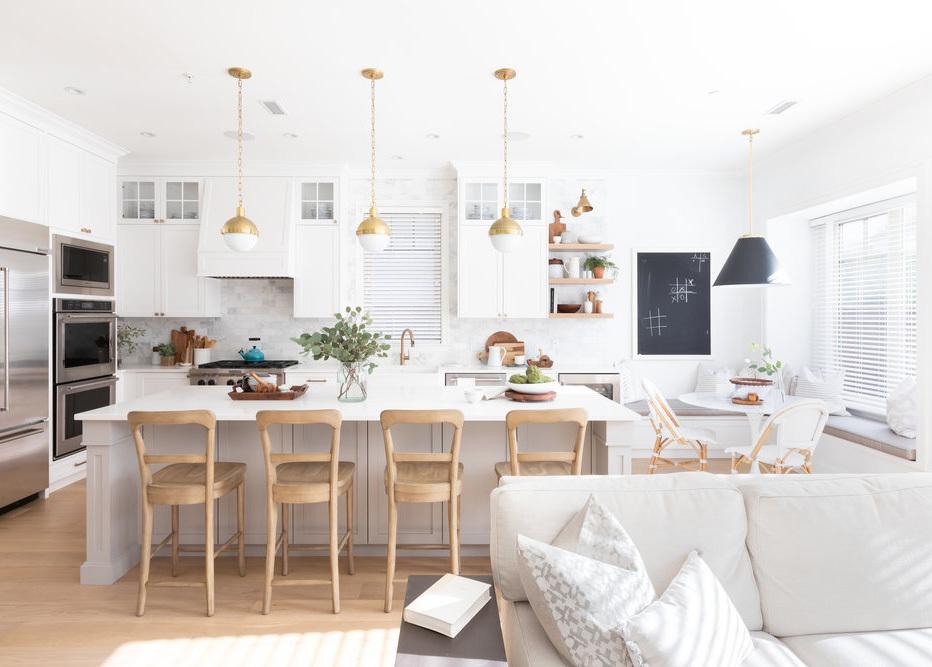 Fehér konyhabútor natúr színű bárszékekkel