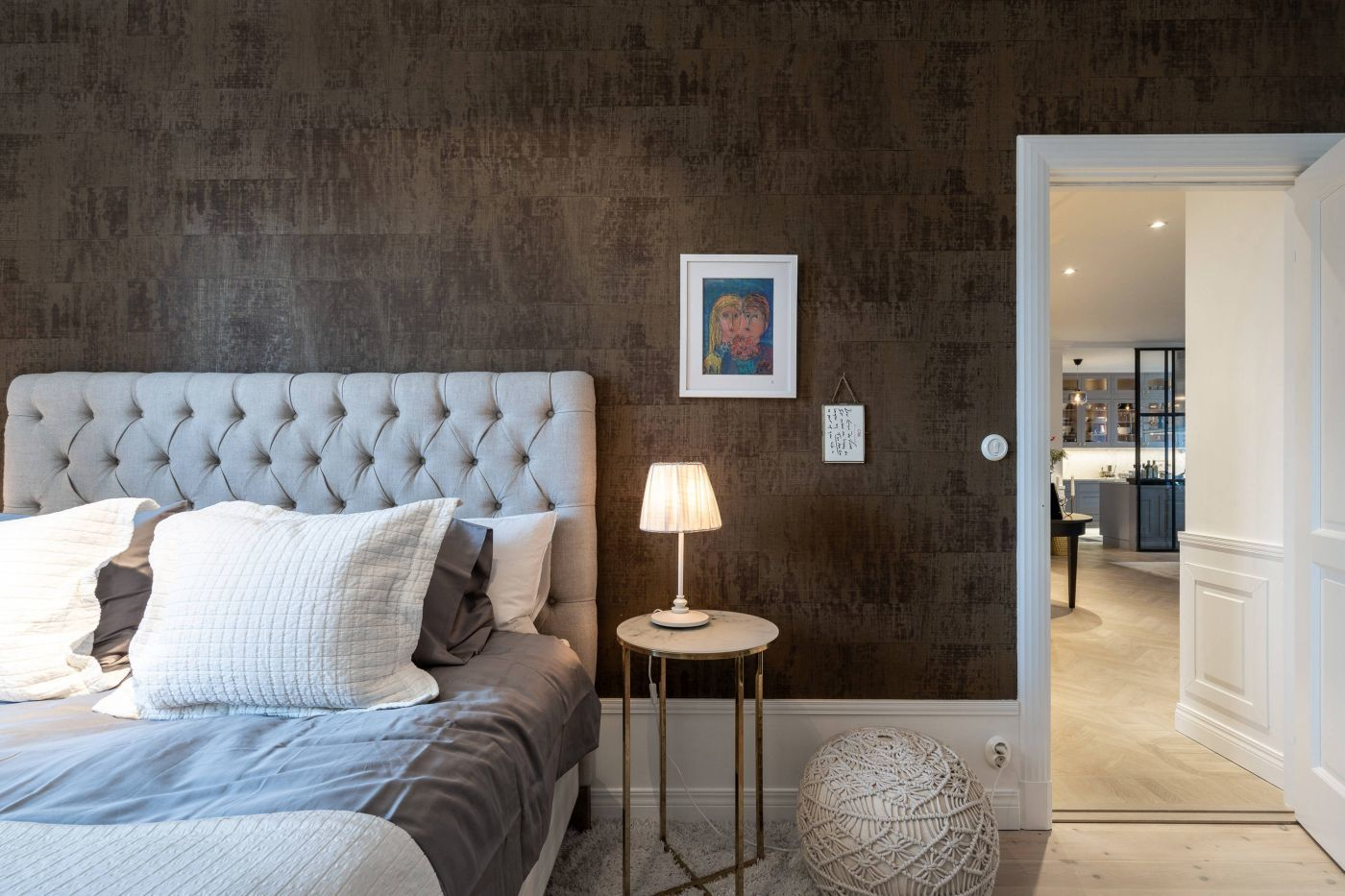 Barna betonhatású tapéta a hálószobában