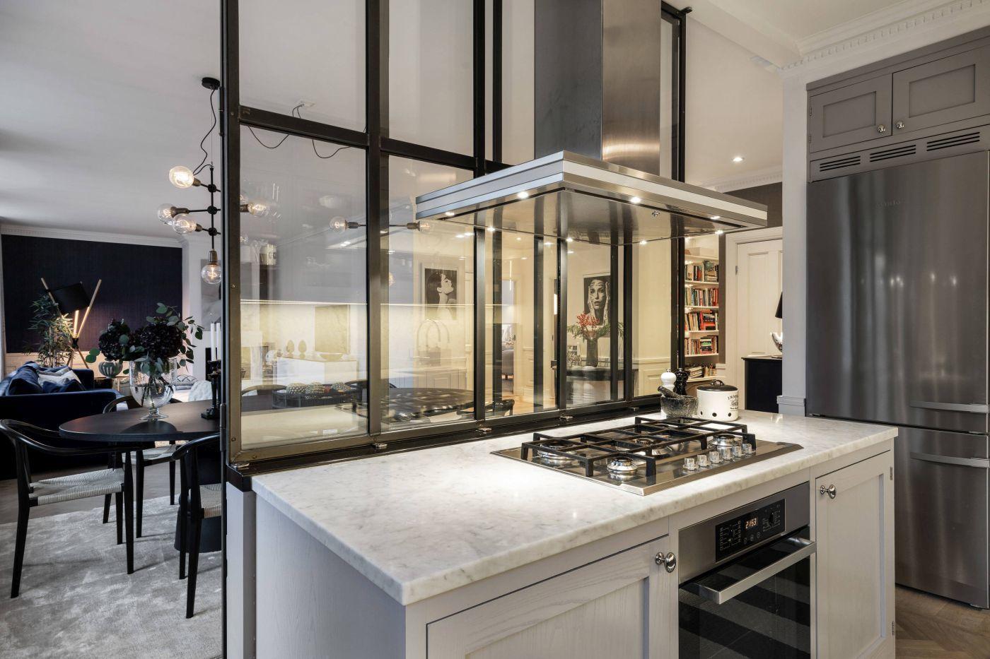 Két oldalról a konyhasziget elé tolhatók az ajtóelemek