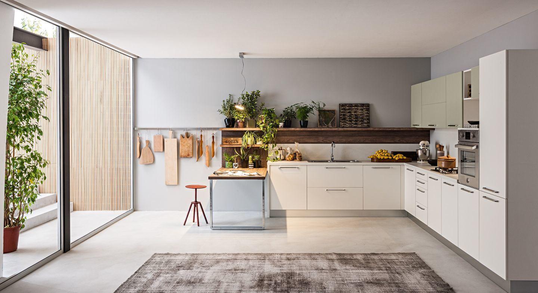 Pasztell színű konyha nyitott polcokkal, akasztókkal
