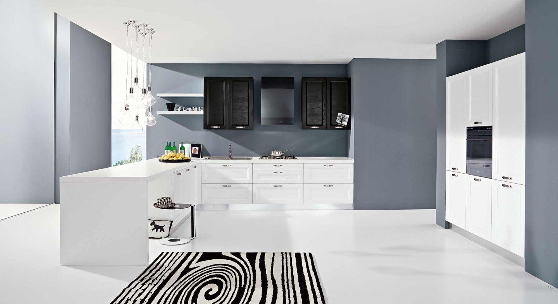 Fehér konyhabútor és világosszürke falszín kontrasztja