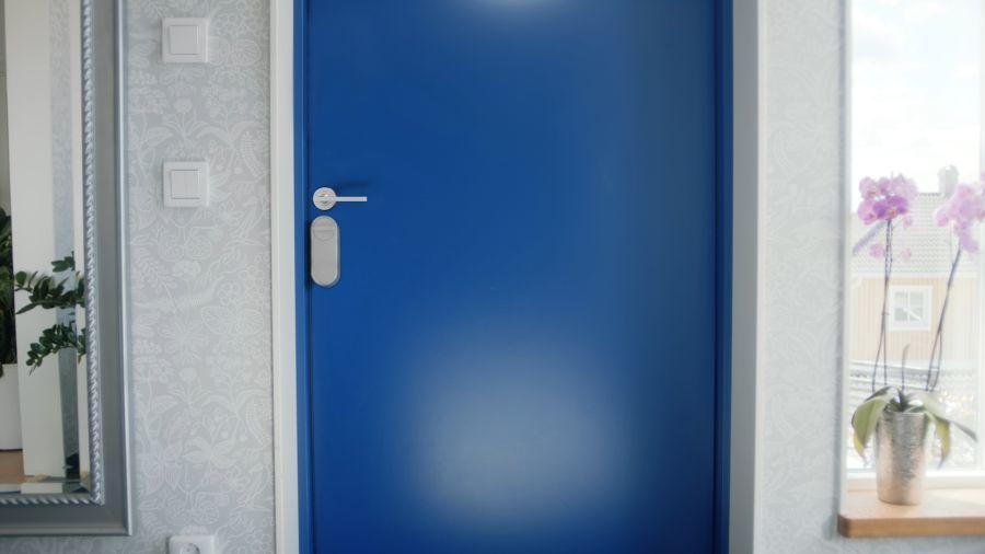 Színes ajtókon is elegáns az okoszár