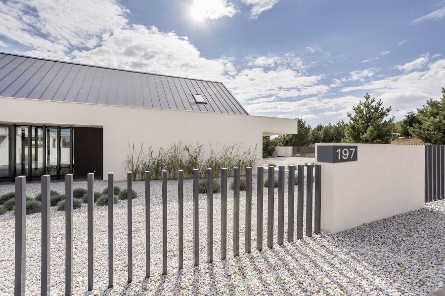 Rozsdamentes kerítés és házszám