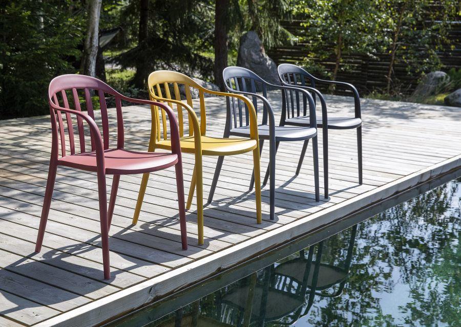Karfás műanyag székek sárga és vörös