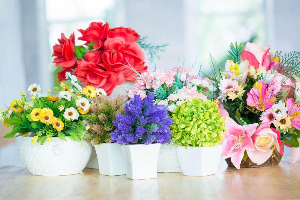 Színes tavaszi virágok lakásban