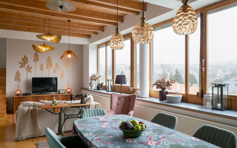 A nappali és étkező egy nagy, tágas térben