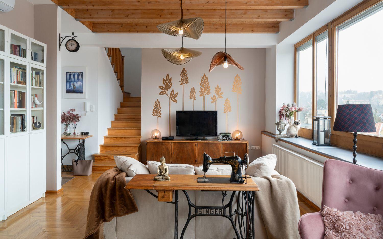 A nappali fő hangsúlya a vörögyömbérekkel díszített fal