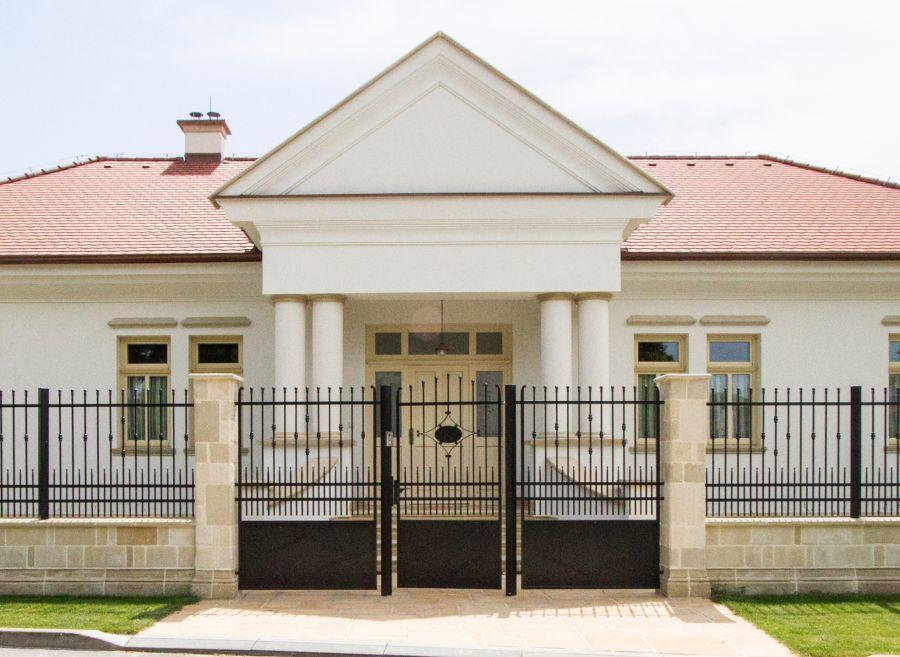 Patinás ház rusztikus kőkerítéssel