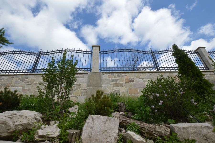Ágyás és kőkerítés Otti egyedi kerítéssel