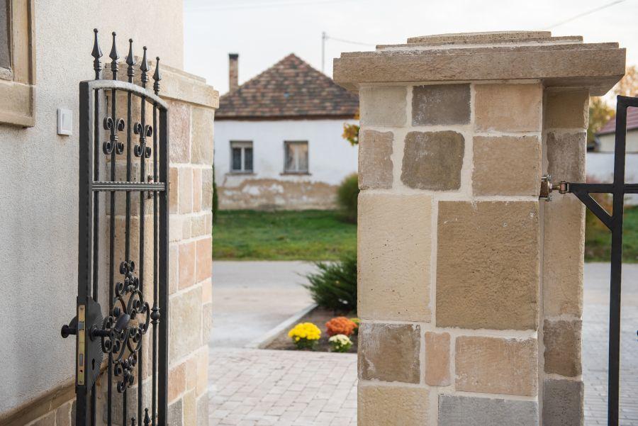 Többszínű kerítés Otti egyedi tervezés