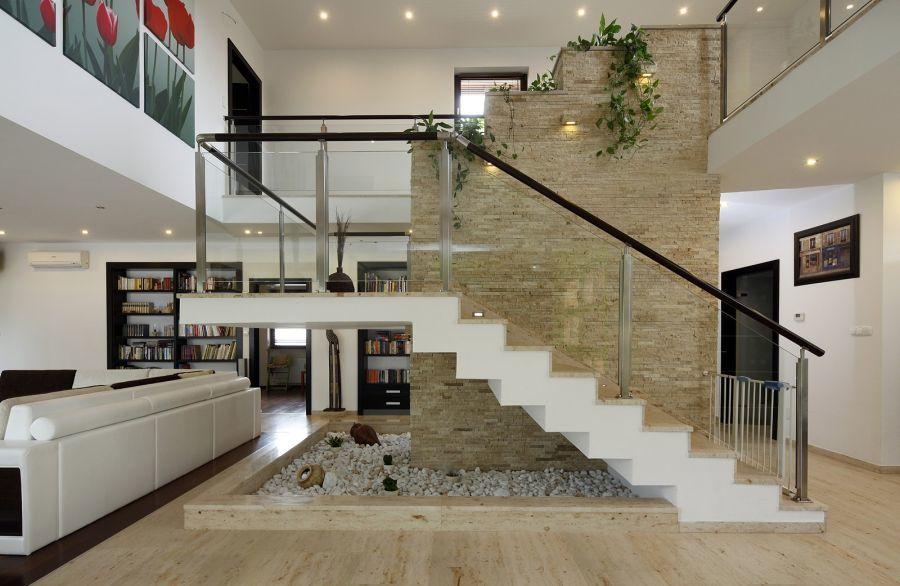 Loft lakás belső terében természetes kő burkolat
