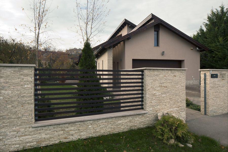 Kerítés természetes kővel