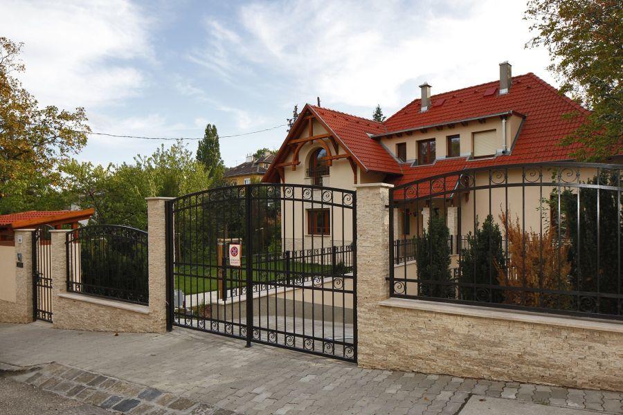 Kovácsoltvas kerítés és kőburkolat kombináció
