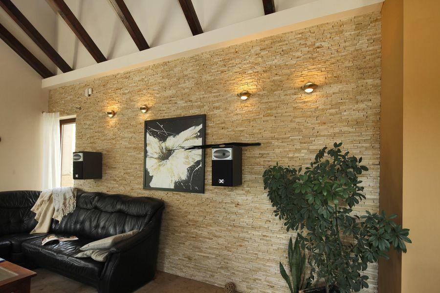 Nappali fala természetes kővel