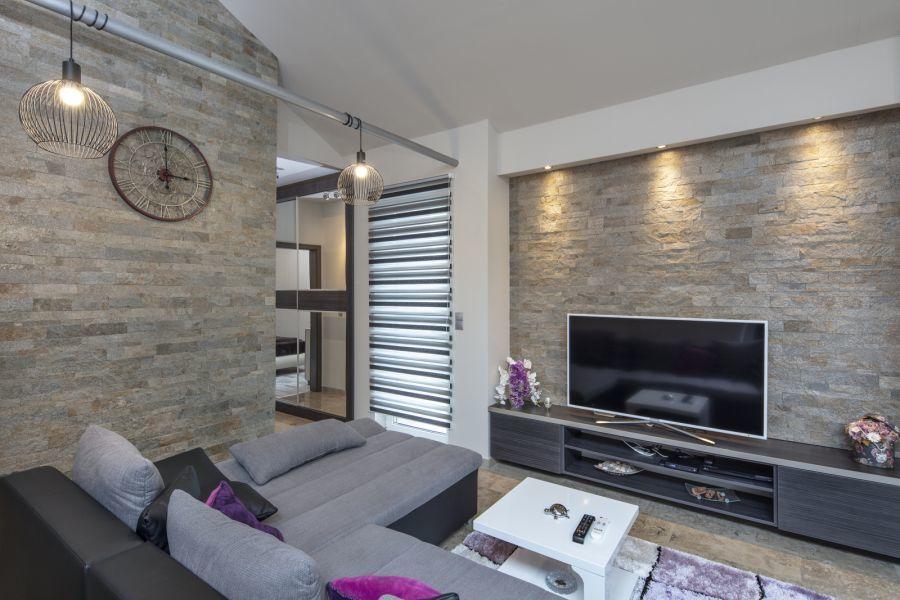 Lakberendező által tervezett nappali kőburkolattal