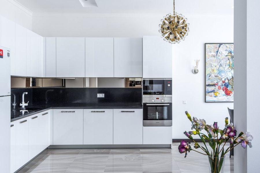 Fehér konyha modern beépített konyhai gépekkel