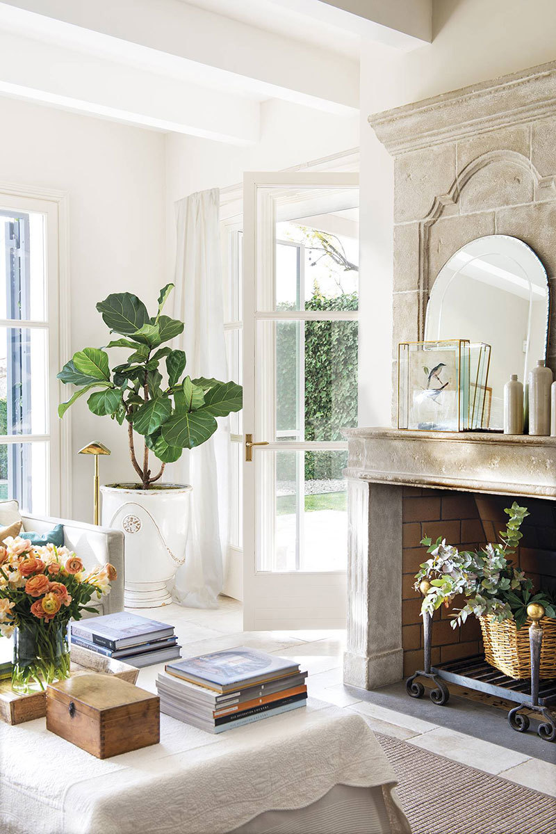 Elegáns fehér belső tér és a kandalló