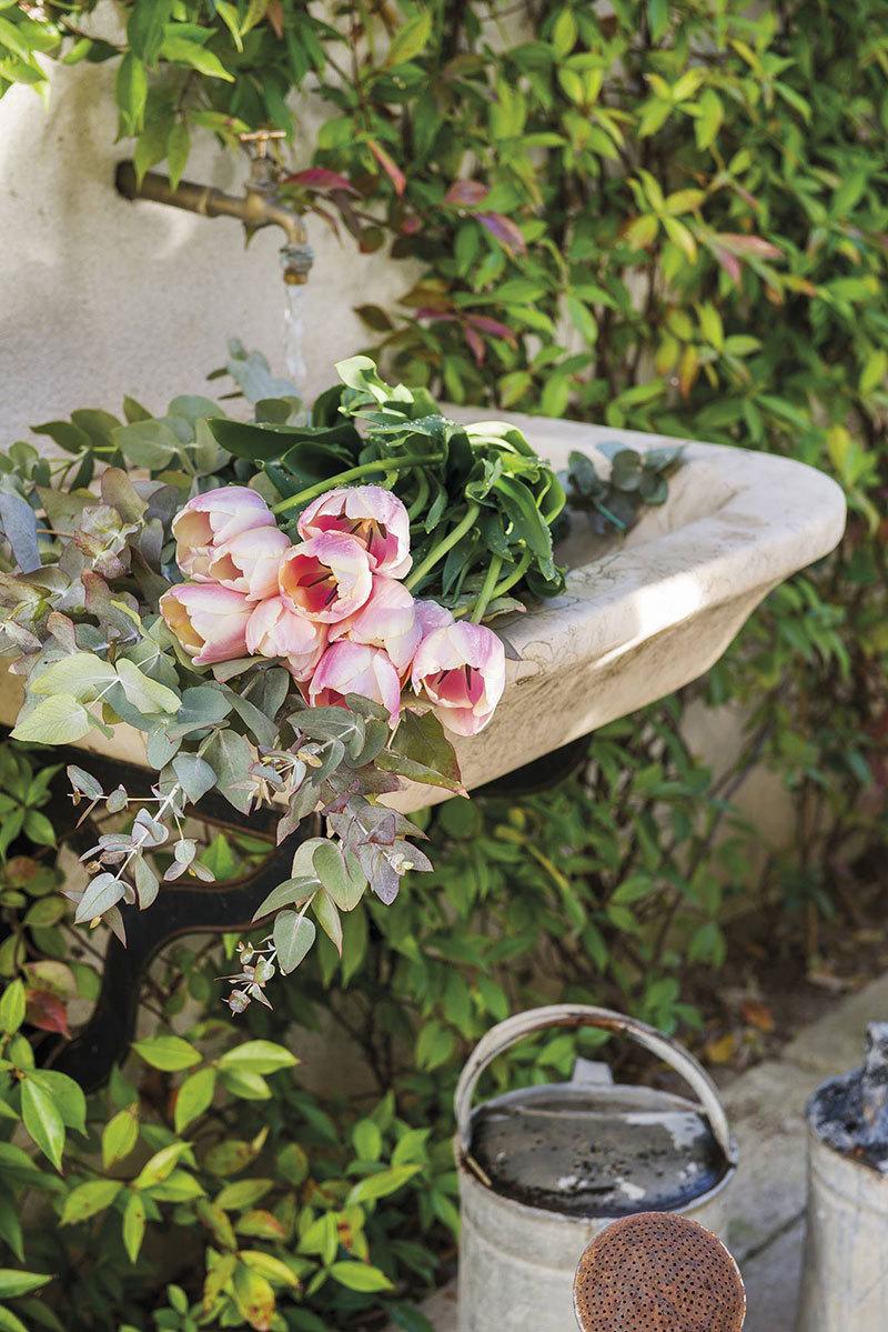 Frissen szedett kerti virágcsokor