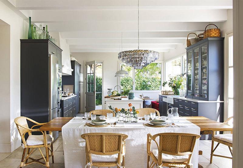 Nagy szigetes konyha szürke színben