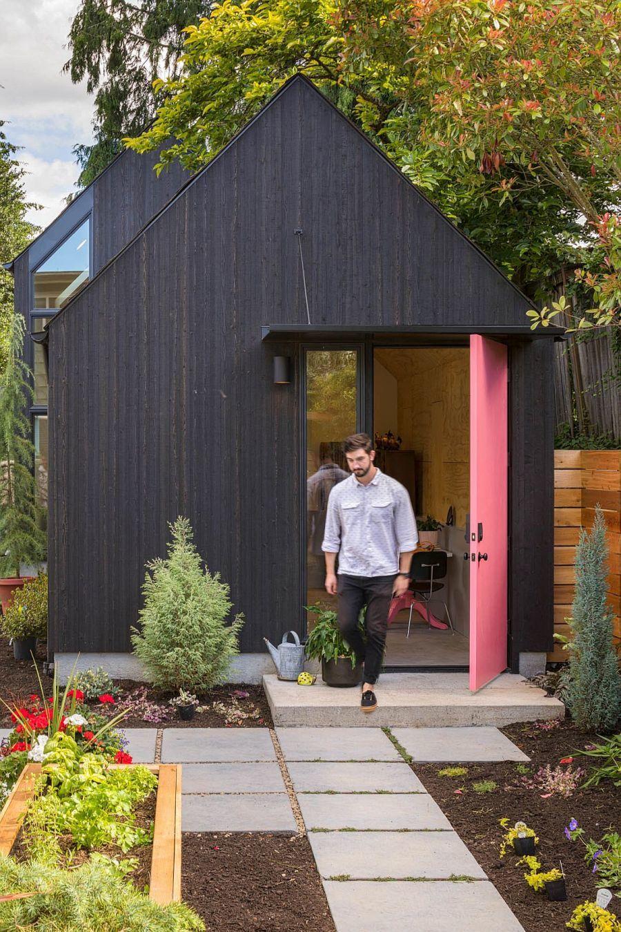 Kis kert a bejárat mellett