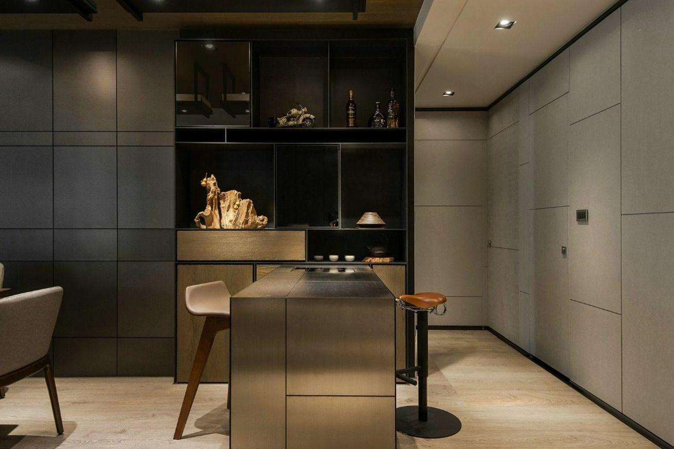 Fényes felületű reggelizőpult kapcsolódik a konyhához