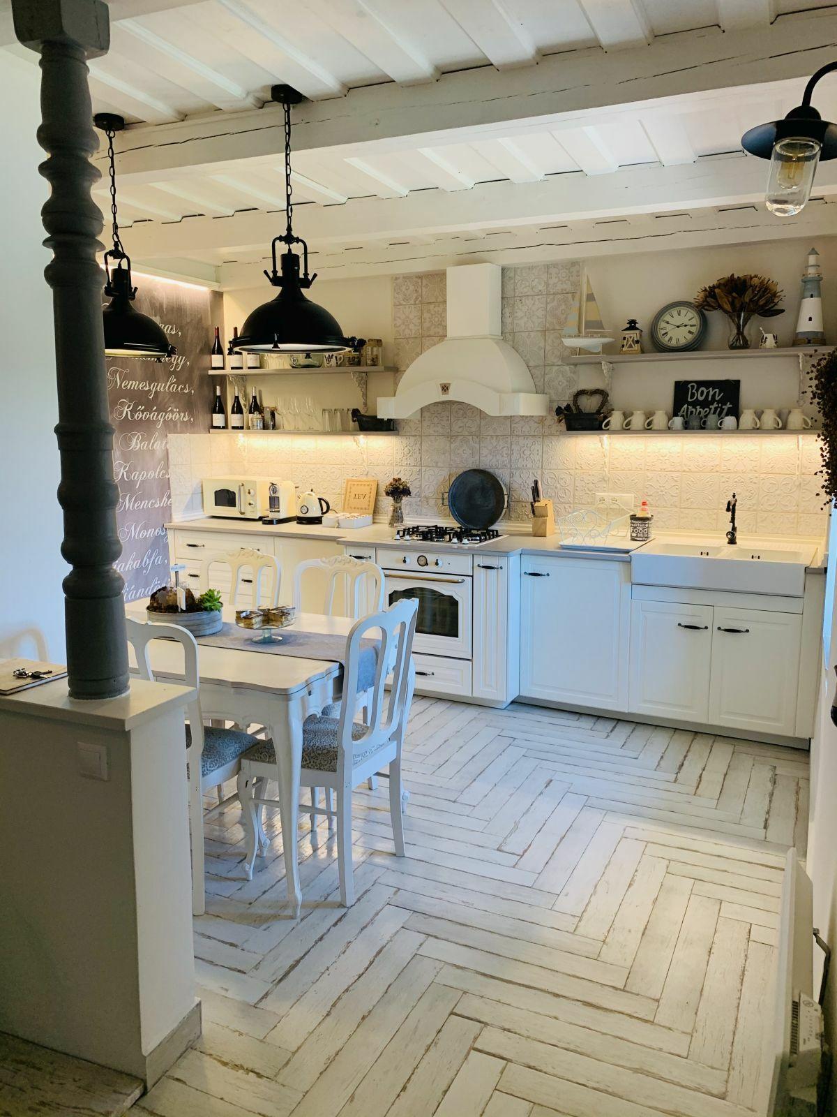 Vingate hangulatú konyha és étkező várja a vendégeket
