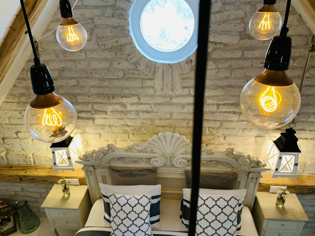 A vintage lámpák tovább erősítik a játékos eklektikát