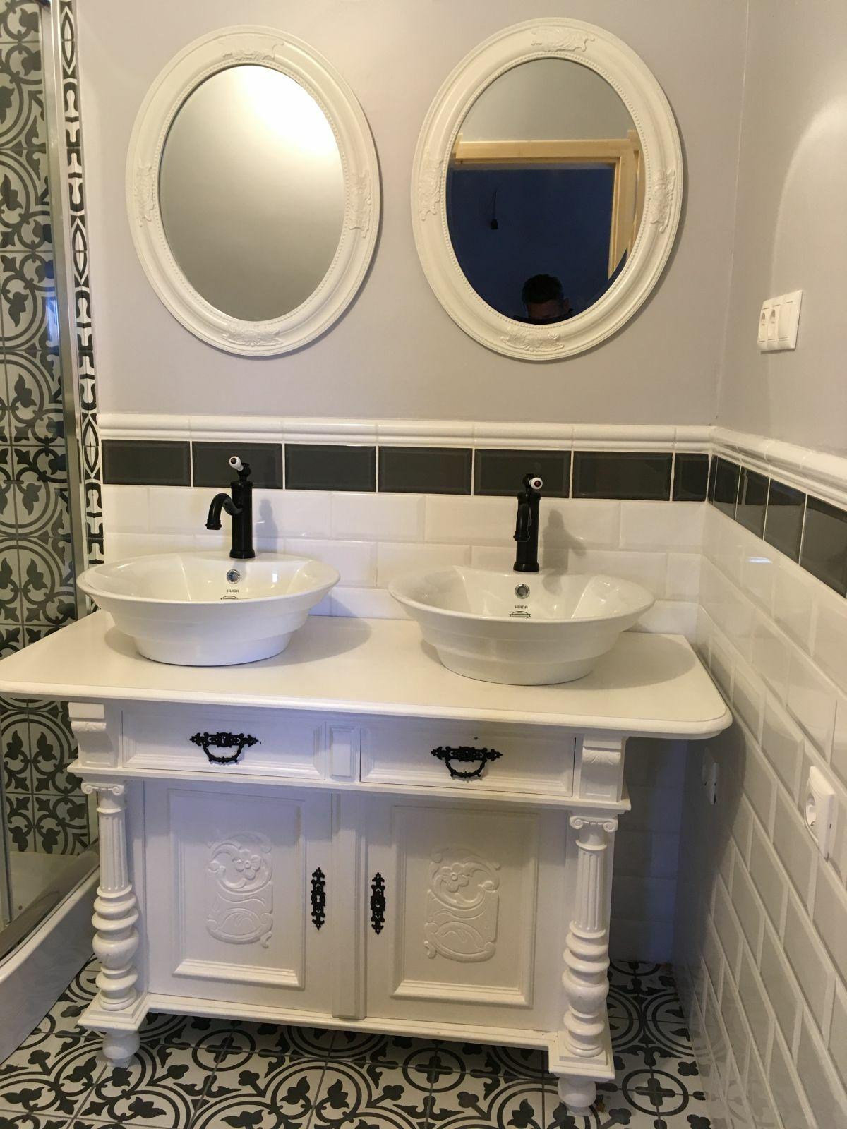 Dupla mosdós fürdőszoba szekrény ovális türkökkel