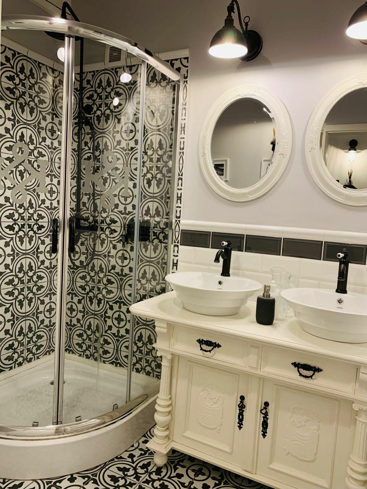 Vintage fürdő cementlap mintás lapokkal és metró csempével
