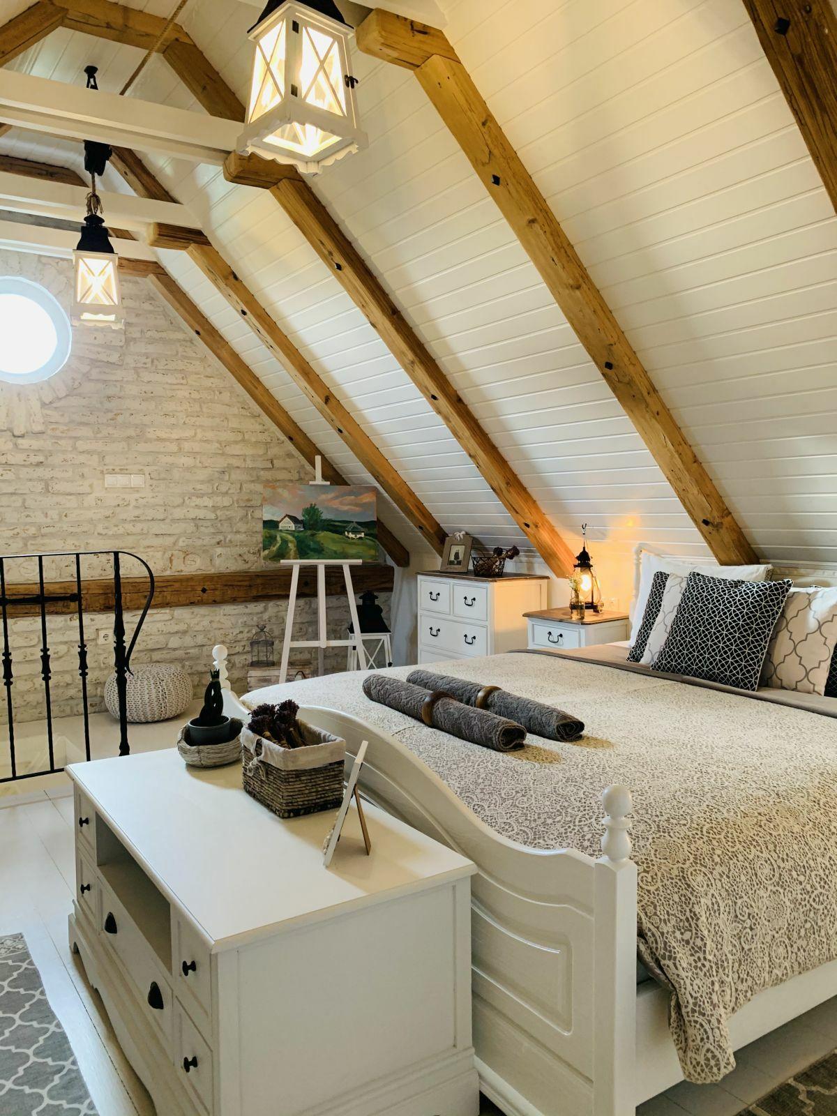 Elegáns natúr fa és a fehér kombinációja a falakon, a padlón és a bútorokon