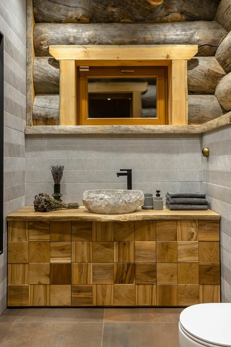 Modern fürdőszoba rönkházban