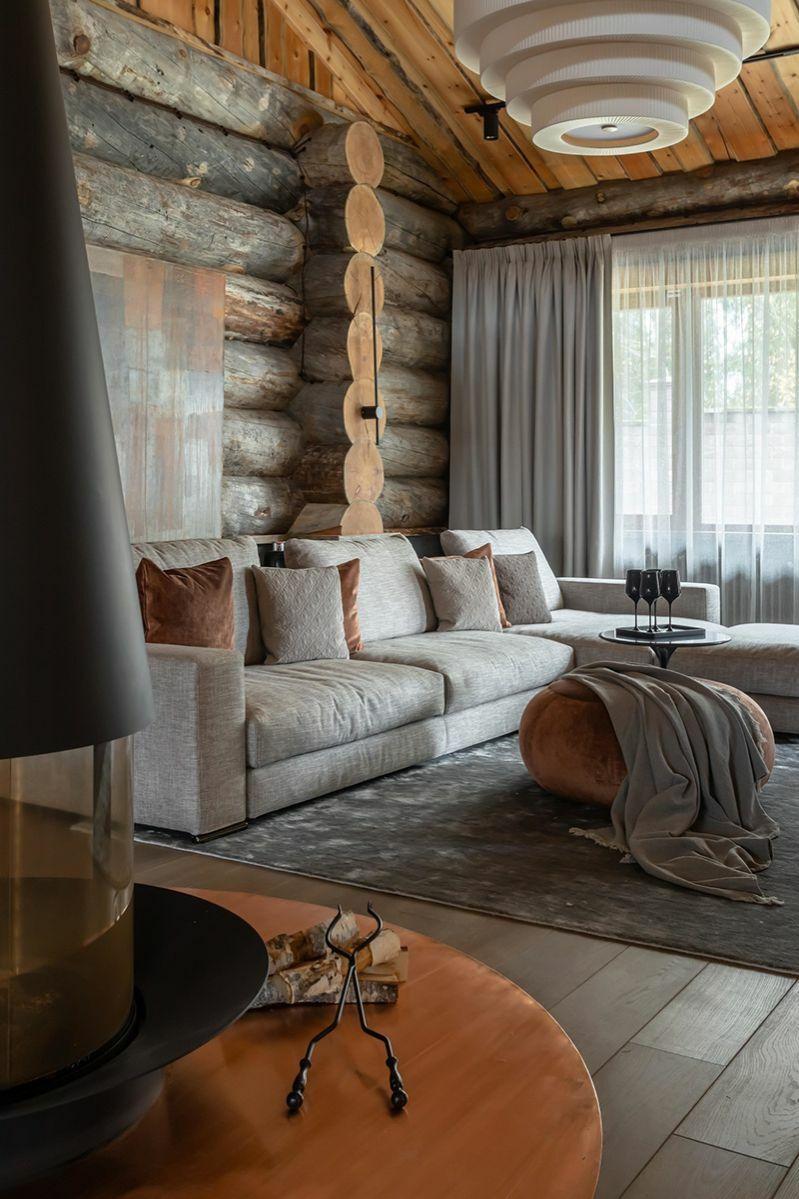 Rönkház natúr kanapéval és függönnyel