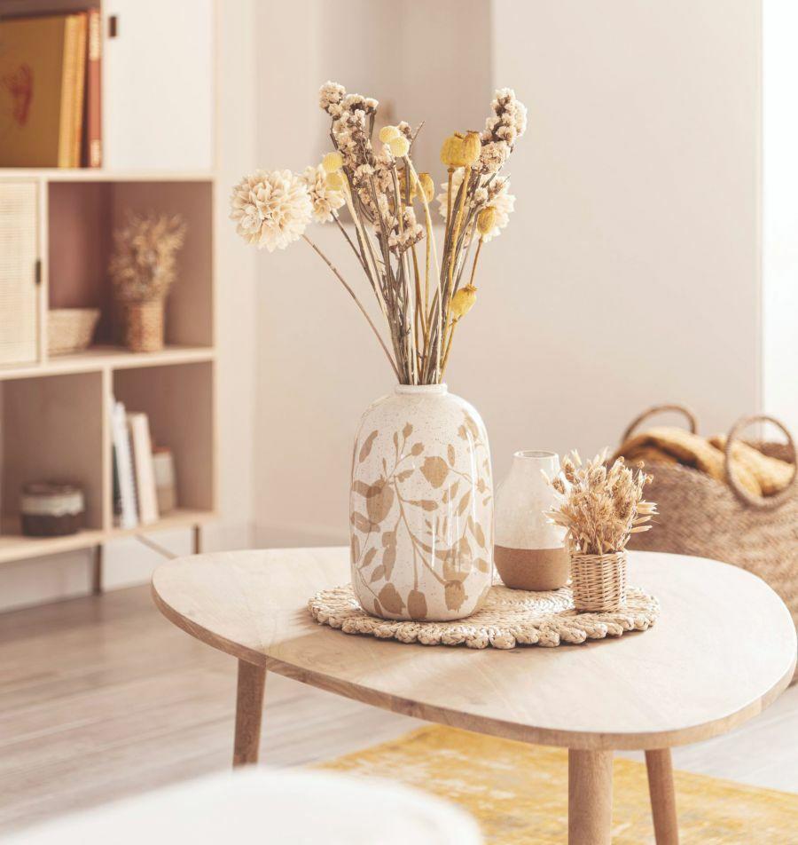 Natúr színű váza és szárazvirág dekoráció