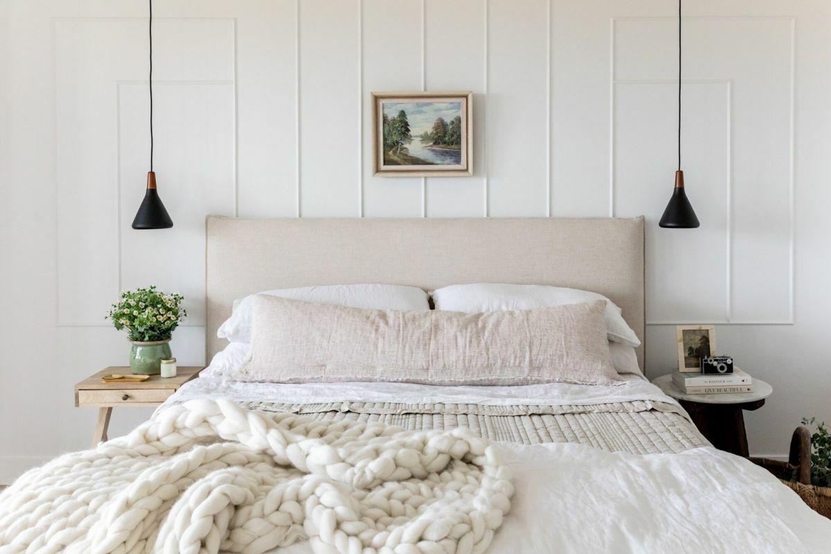 Diszkrét faldekoráció az ágy mögötti falszakaszon