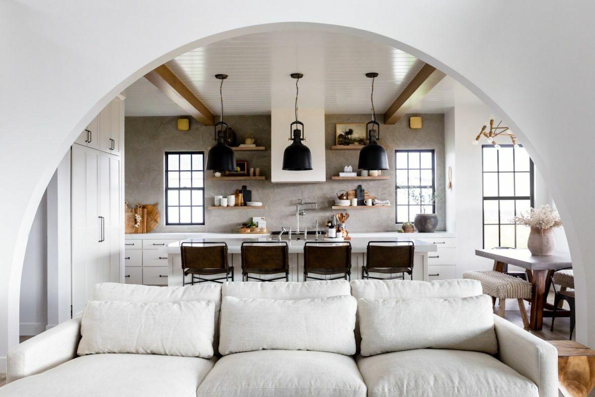 A nappalit és konyhát elválasztó széles boltív