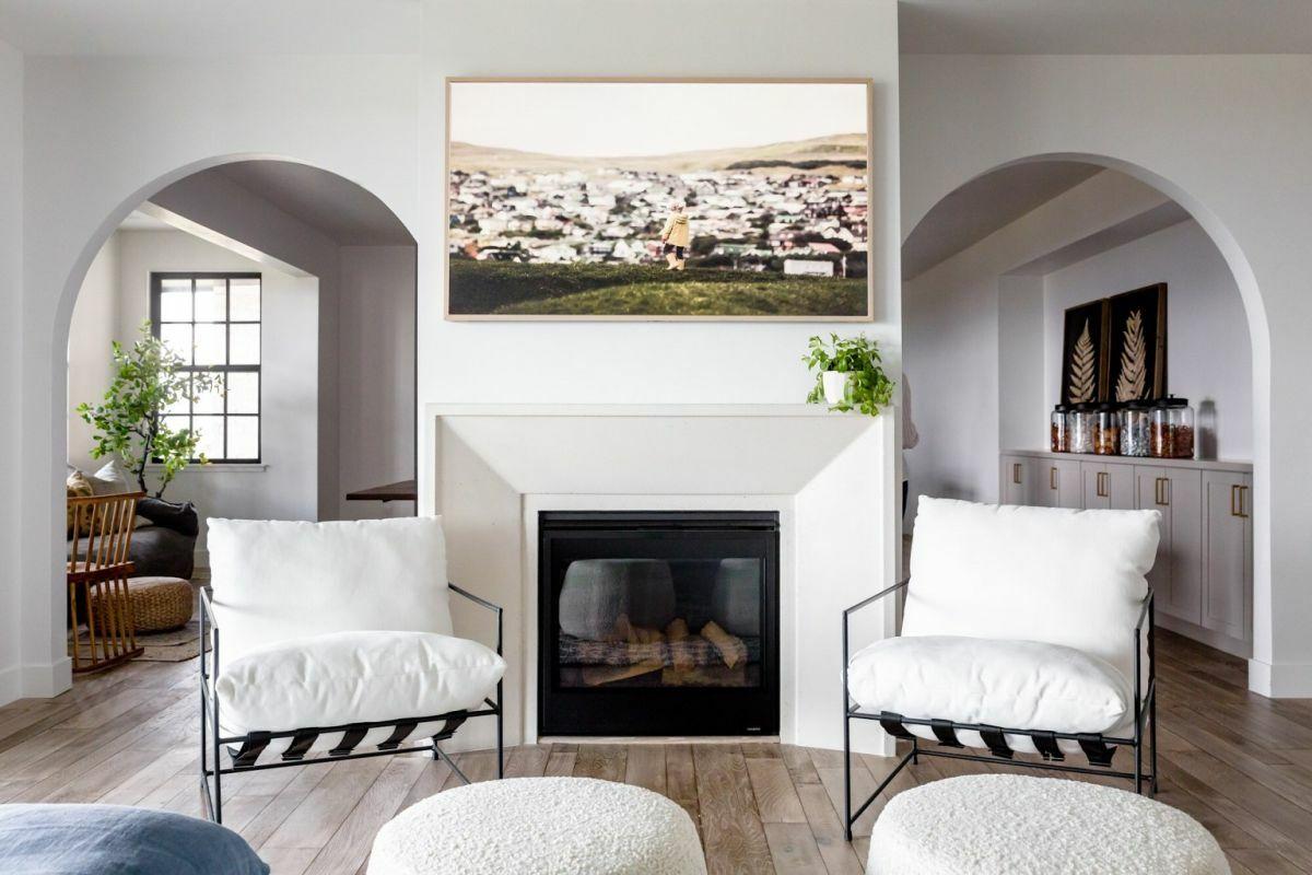 Kovácsoltvas ülőbútorok egészítik ki a kanapét