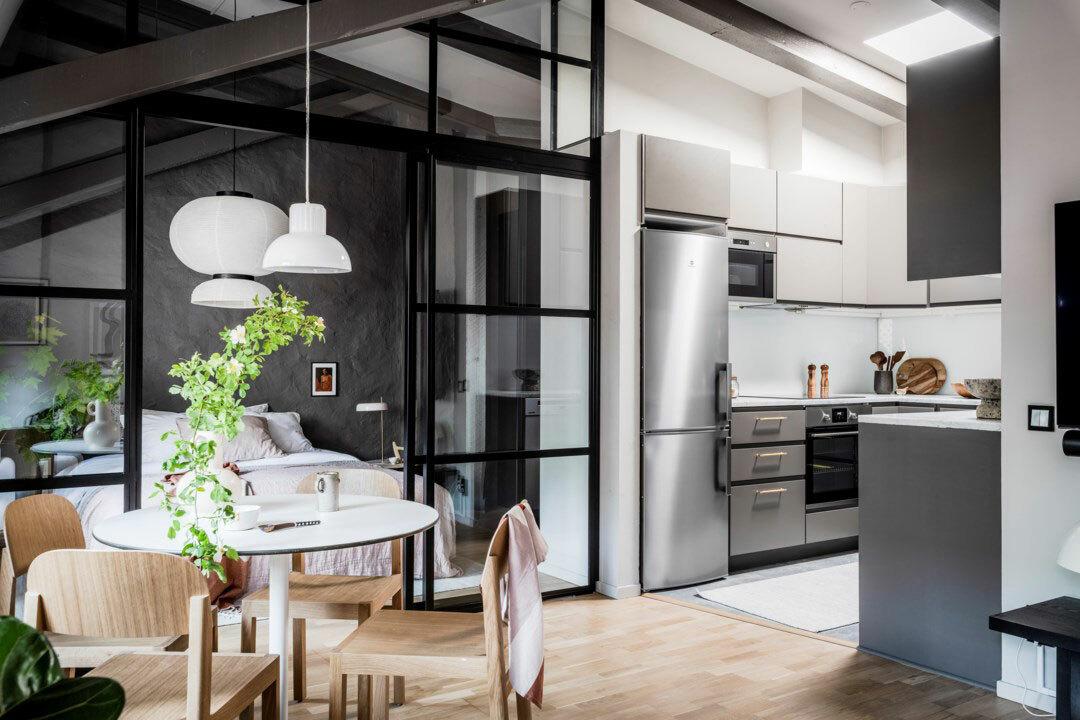 Világos konyha amit a tetőablak világít meg
